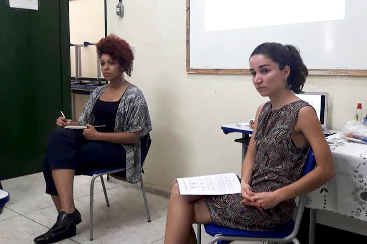 Barbara Correia, do IDDD, e Nina Cappello, pesquisadora do ITTC, em oficina com agentes penitenciários | Foto: Reprodução GAJOP