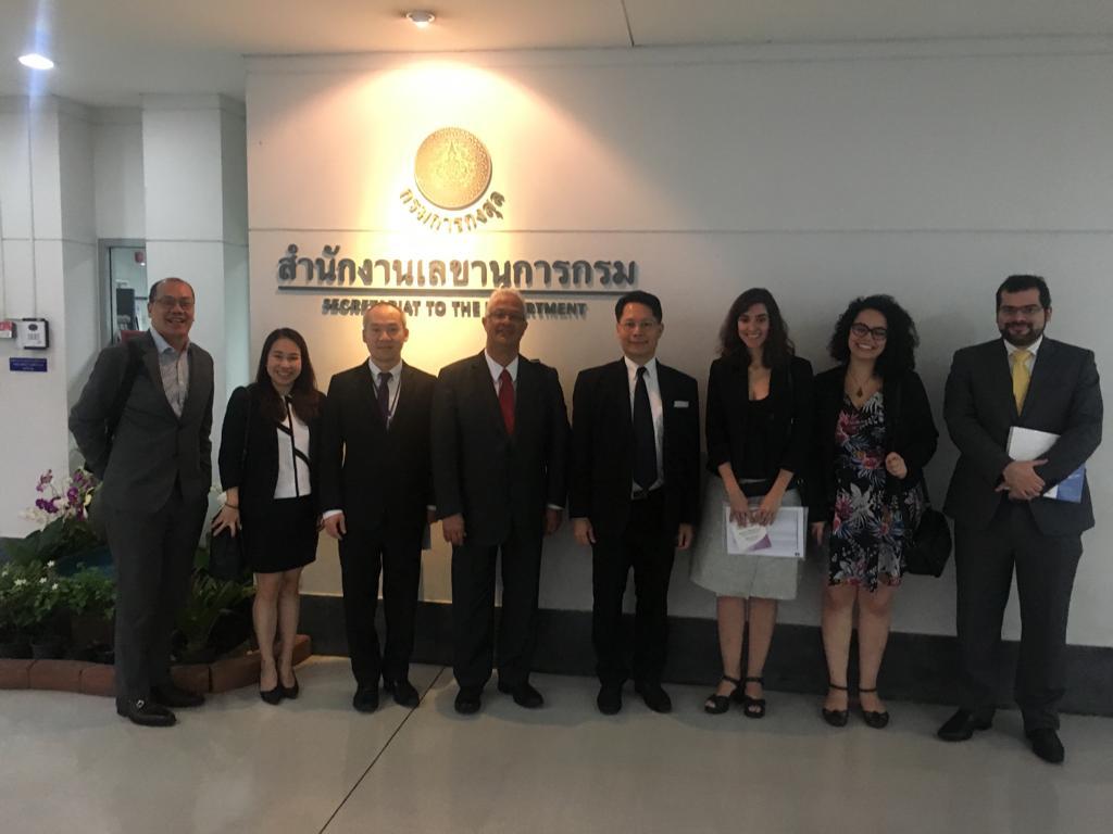 Na foto, Viviane Balbuglio e outros representantes da delegação brasileira com o Departamento de Relações Exteriores do Governo Tailandês