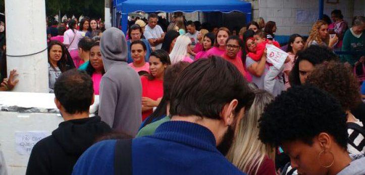 Na foto, participantes das organizações explicam ação para visitantes familiares na fila do CDP Pinheiros. Foto: Ana Luiza Voltolini Uwai | ITTC