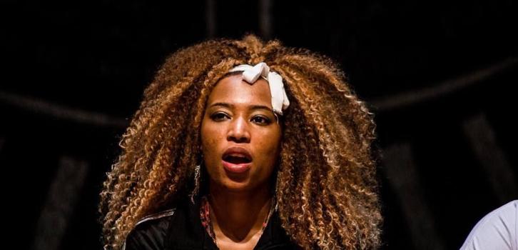 Na foto, a cantora Nduduzo canta em uma de suas apresentações