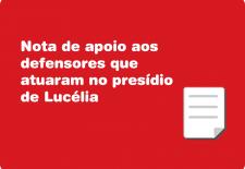 """Na arte há um fundo vermelho com um ícone de um papel no canto inferior. E o texto """"Nota de apoio aos defensores que aturarm no presídio de Lucélia""""."""