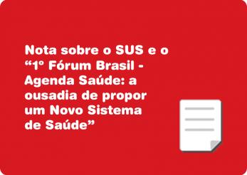 """Imagem com um fundo vermelho e um ícone de um papel com a ponta dobrada e o título em branco """"Nota sobre o SUS e o 1º Fórum Brasil - Agenda Saúde: a ousadia de propor um Novo Sistema de Saúde""""."""