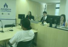 Na foto, há uma mulher em uma audiência de custódia. Em seu primeiro encontro com o juz. Foto: Luiz Silveira|Agência CNJ.