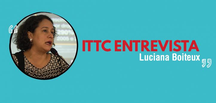 Arte com o título ITTC Entrevista Luciana Boiteux, no lado esquerdo há uma foto de Luciana dentro de um círculo, o fundo da arte é azul.