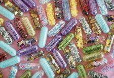 Teste O que você sabe sobre drogas. Imagem mostra pílulas coloridas.